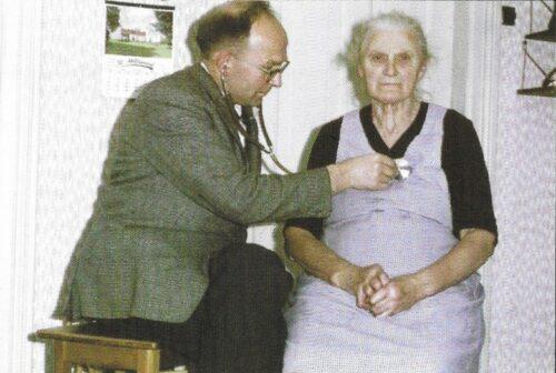 Læge Kjærsig undersøger patient
